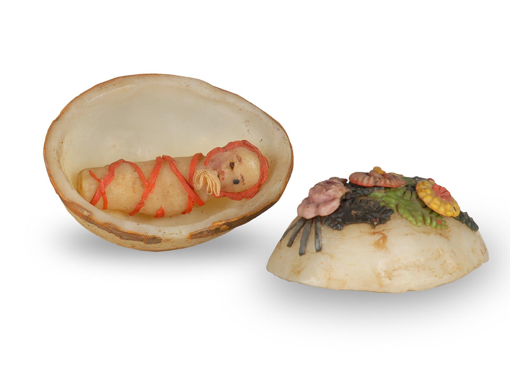 3. Fatschenkind in Wachsei, 5.7 cm, Herkunft unbekannt, keine Angaben zur Datierung