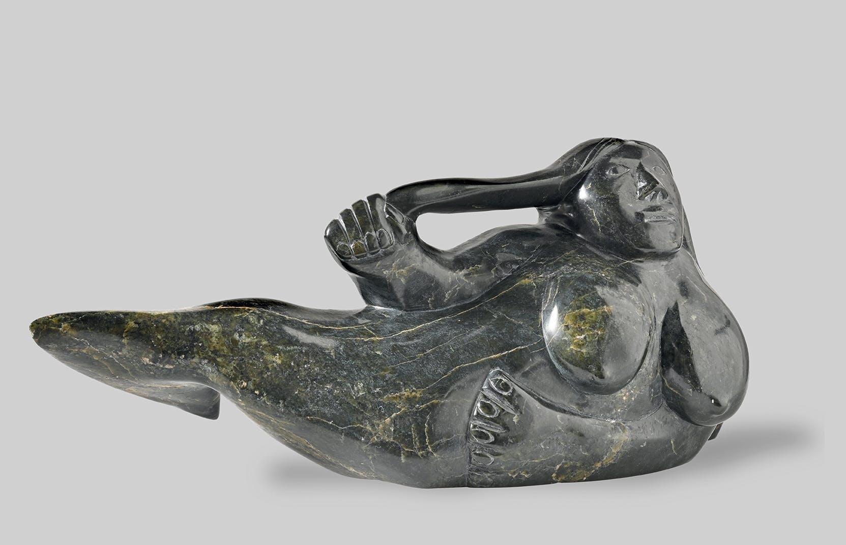 Sedna. Geschaffen von Ohito Ashoona, Inuit, 1997, Cape Dorset, Nunavut, Kanada. Serpentin. Bern, Museum Cerny. Contemporary Circumpolar Art.